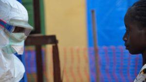 Frau-Aufnahme-Aerzte-ohne-Grenzen-Behandlungszentrum-Geckedou-Giunea-Julien-Rey